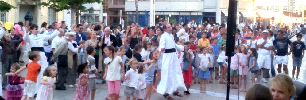 Fête de la musique la foule danse et chante
